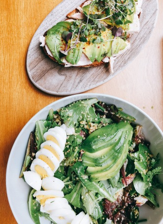 """""""Native"""" salad and Smashed Avocado Toast with Chicken : pain au levain, maldon sea salt, lemon zest, micro greens, chili flakes, Mary's chicken"""